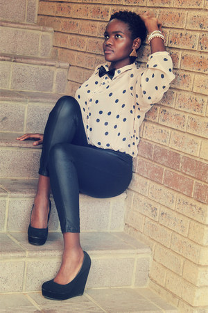 silk tie - leather leggings - polka dots shirt - black suede wedges