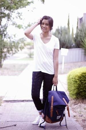 navy canvas UniHood bag - white Glassons shirt