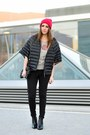 Black-pointed-zign-boots-hot-pink-asos-hat-black-iblues-cape