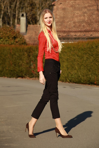 Tangerin-vero-moda-blouse-chinos-vero-moda-pants-brown-lk-bennett-heels_400