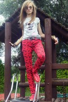 red pants - red shoes - silver t-shirt