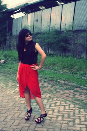 black Ray Ban sunglasses - red Gaudi skirt - black unbranded heels