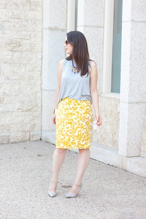 mustard floral print Loft skirt - heather gray acne top