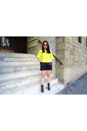yellow crop top top - black leopard heel boots - black leather Zara shorts