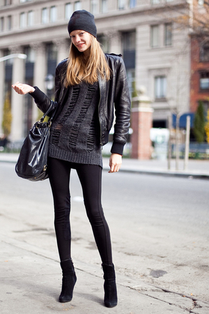 Gray-hat-gray-sweater-black-jacket-black-boots