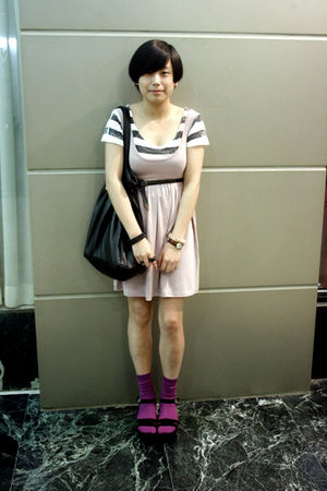 white Izzue t-shirt - pink H&amp;M dress - black Mango purse - black belt - purple H