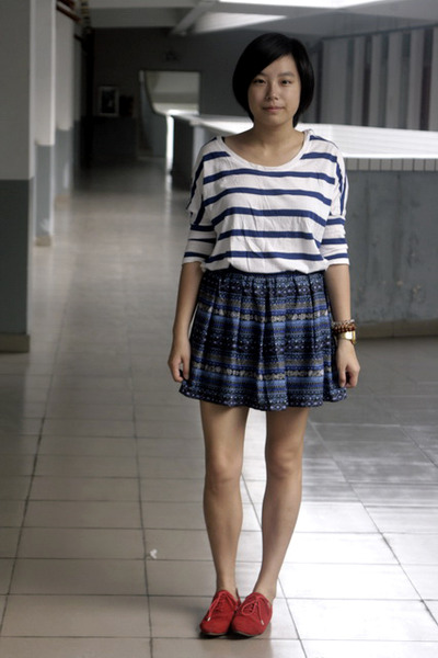 white H&M t-shirt - blue DIZEN skirt - red shoes