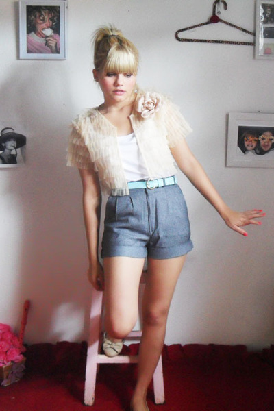 Baeta shoes - Laysa rosa Bolero jacket - vintage shorts - vintage belt