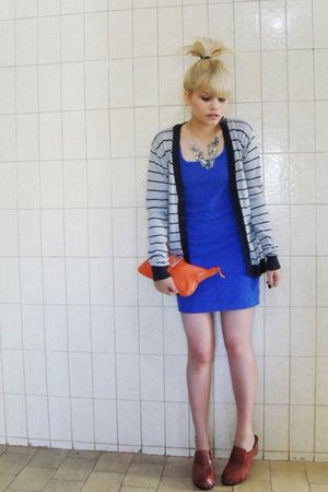 blue Rosa Ch dress - brown Clogs Berimbau shoes - orange C e A bag