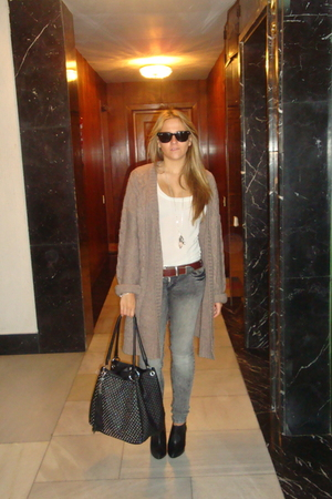 Zara top - Stradivarius pants - vintage belt - Ray Ban sunglasses - Zara