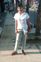 light blue ripped Guess pants - white cotton shirt - black vicari sandals