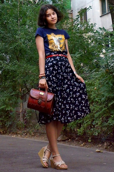 brick red vintage Marc Chantal purse - navy shirt