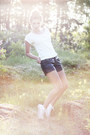 Black-faux-leather-gina-tricot-shorts-white-allstars-converse-sneakers-white