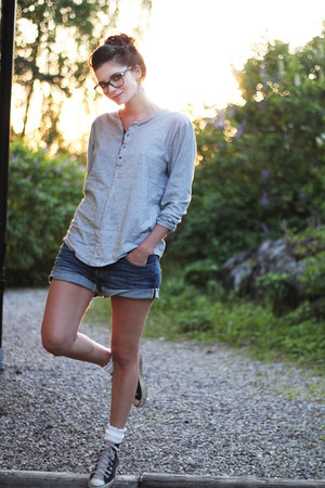 heather gray shirt - blue loose fit denim H&amp;M shorts - light pink Converse Allst