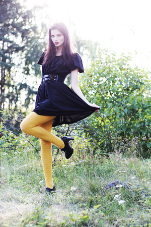 mustard lindex tights - black Monki dress - black wide lacquer GINA TRICOT belt