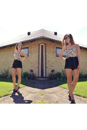 ruffles print 5th Culture top - hip shorts - le chateau heels