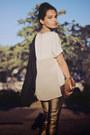 Cream-scaramuggio-multimarcas-shirt-black-arezzo-shoes-bronze-schutz-bag