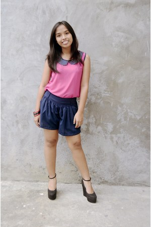 hot pink top - blue a-line shorts - black wedges - black bracelet
