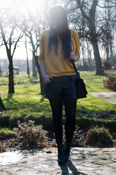 black Bershka shorts - mustard Suzanne Dikker top