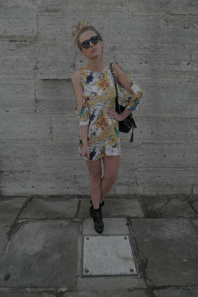 floral print Vero Moda dress - black stirrup Nellycom boots