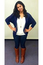 navy sweater - dark brown boots - ivory t-shirt