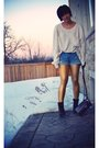 White-urban-outfitters-shirt-blue-forever21-shorts-gold-american-apparel-leg