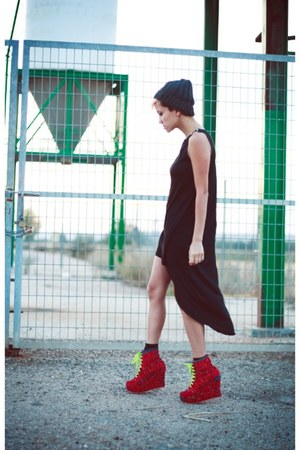 black Primark dress - red wanderlust shoes