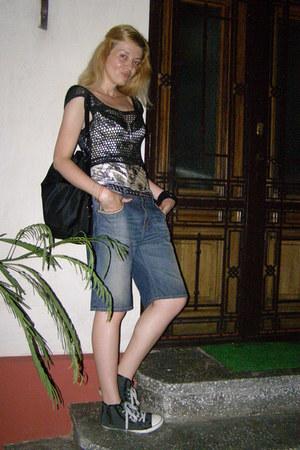 sky blue Zara jeans - black bag - black top - charcoal gray Terranova sneakers
