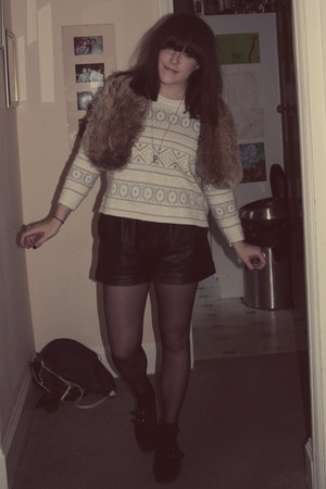 H&M jumper - Topshop shoes - Primark scarf - Urban Outfitters shorts