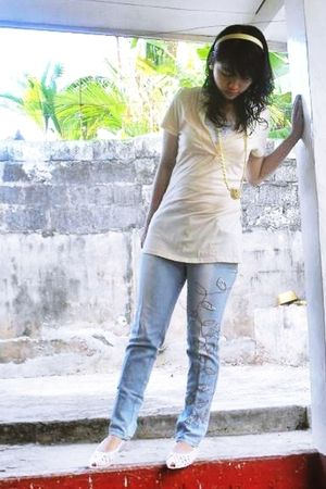 beige top - jeans - white shoes - necklace