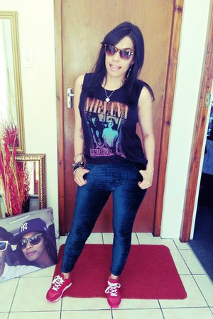 Nirvana t-shirt - velvet leggings - sneakers