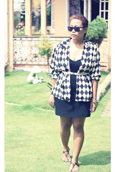 black tube dress - thrifted vintage blazer - Wayfarer sunglasses - grendah flats