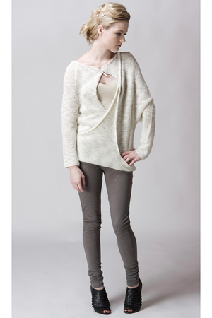 white Kai Aakmann sweater - gray gestuz leggings