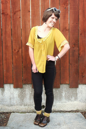 yellow unknown brand top - black Just jeans jeans - yellow Glassons socks
