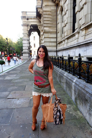 burnt orange vgg bag - white Zara shorts - brick red Drastik heels