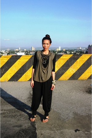 gray vintage top - black estrellas manila pants - Cosmopolitan necklace - gray -
