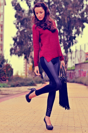 black VJ-style bag - brick red Stradivarius sweater