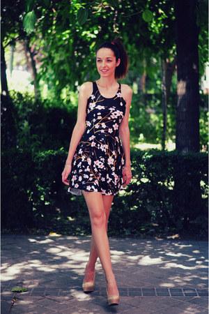 navy dress chicnova dress - nude heels VJ-style heels