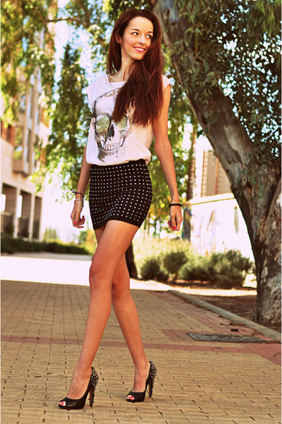 tachuelas Zara skirt - calavera Zara shirt - tachuelas sam edelman heels