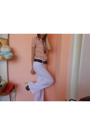 peach shirt - white 100 poliester pants - burnt orange heels