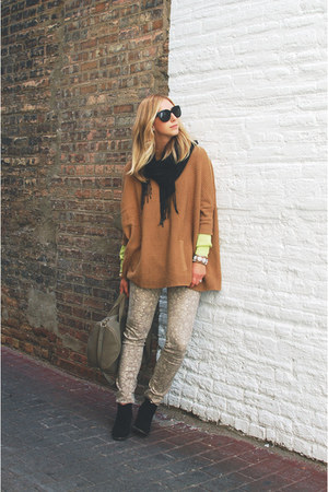 tan knit H&amp;M sweater - black suede Dolce Vita boots