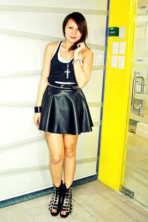 black f21 skirt - black stirrup Soule Phenomenon shoes - white Rustans U top