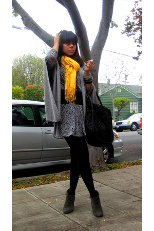 gray kimono-sleeved Forever 21 sweater - gray suede ankle me too boots
