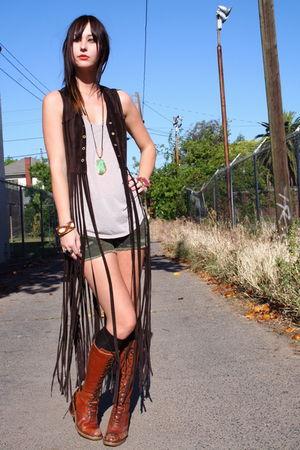 vintage vest - brown lace up vintage boots - camo UO shorts
