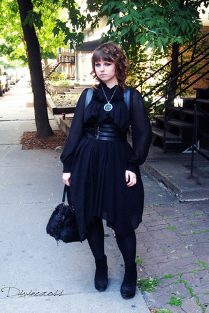 black asymetrical Moi-meme-Moitie dress - black fake fur Moi-meme-Moitie bag