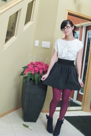 white t-shirt - black skirt - red tights - black shoes