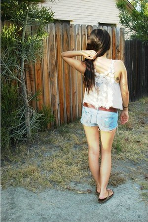 light wash hollister shorts - Urban Outfitters top - printed American Eagle belt