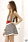 White-stripes-romwecom-skirt-black-mariana-amaral-necklace