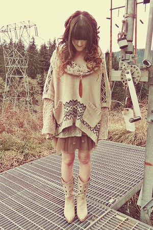 beige free people sweater - off white Durango boots - brown Minx Shop necklace