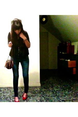 black top - blue Hydraulic jeans - red thrifted shoes - black Forever 21 necklac